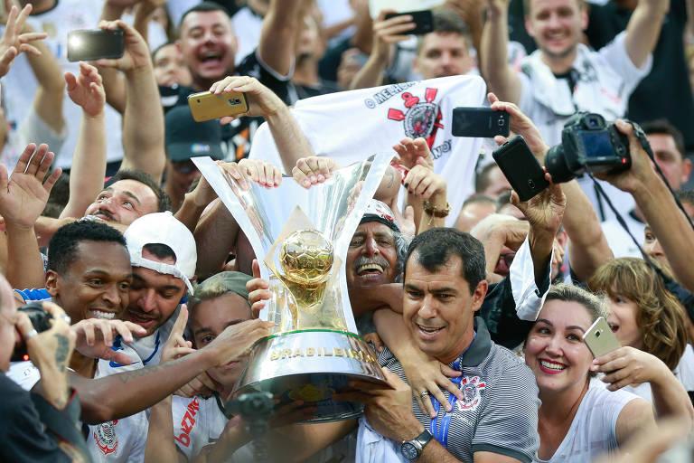 O técnico do Corinthians, Fabio Carrile, com a taça de campeão brasileiro de 2017