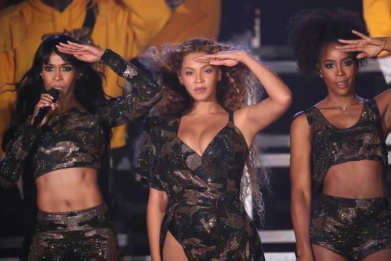 Kelly Rowland e Michelle Williams, com quem Beyoncé formou, até 2005, o grupo Destiny's Child, subiram ao palco