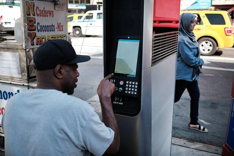Pedestre usa um dos terminais do LinkNYC, serviço de wi-fi gratuito da cidade de Nova York