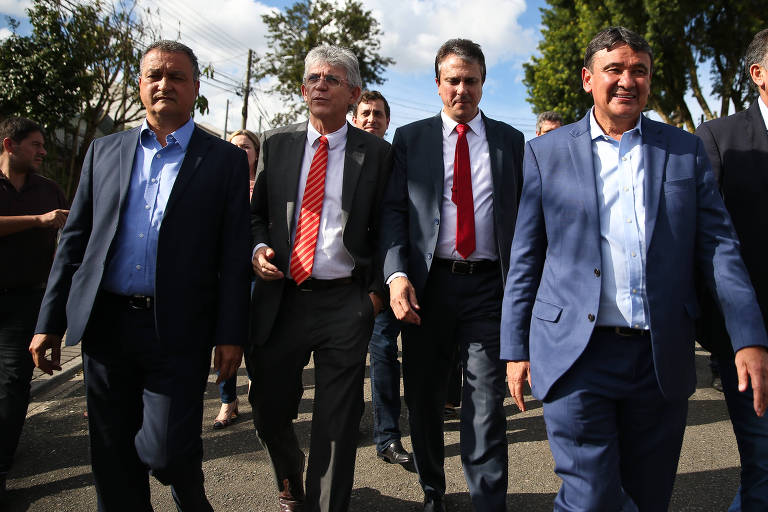 Os governadores Rui Costa (PT-BA), Ricardo Coutinho (PSB-PB), Camilo Santana (PT-CE) e Wellington Dias (PT-PI) na comitiva de governadores que tentou visitar Lula na no prédio da Policia Federal, em Curitiba