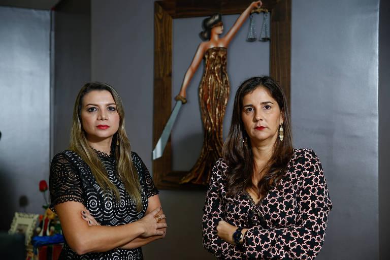 As juízas Geilza Diniz e Ana Cláudia Barreto, de braços cruzados ao lado de um quadro da Musa da Justiça.