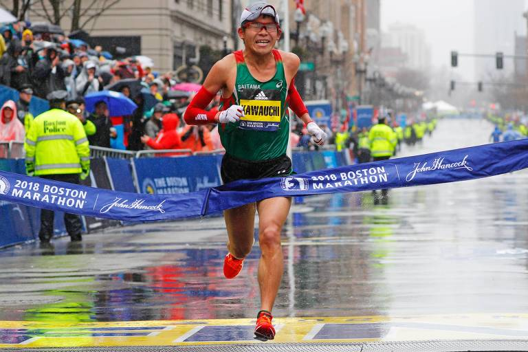 O japonês Yuki Kawauchi ultrapassa a linha de chegada e vence a prova masculina da Maratona de Boston deste ano