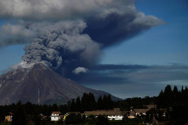 Vulcão Sinabung entra em erupção e libera cinzas em Karo, na Indonésia