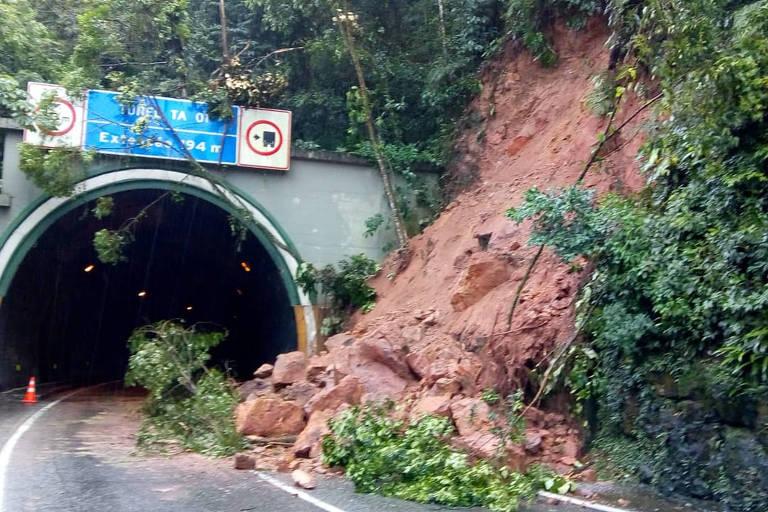 Foto mostra túnel parcialmente interditado por deslizamento de encosta