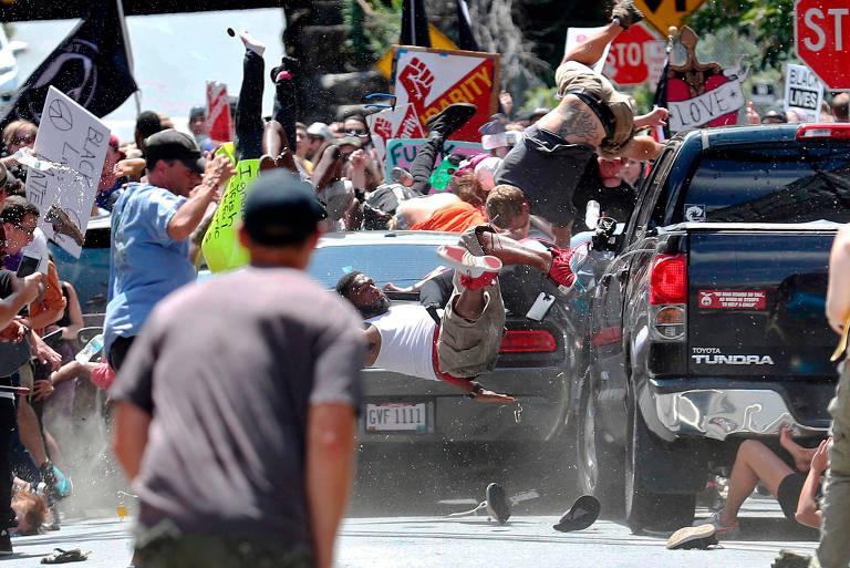 Carro atinge pessoas em protesto contra supremacistas em Charlottesville, Virgínia (EUA), em registro de Ryan Kelly premiado na categoria Fotografia do Pulitzer 2018