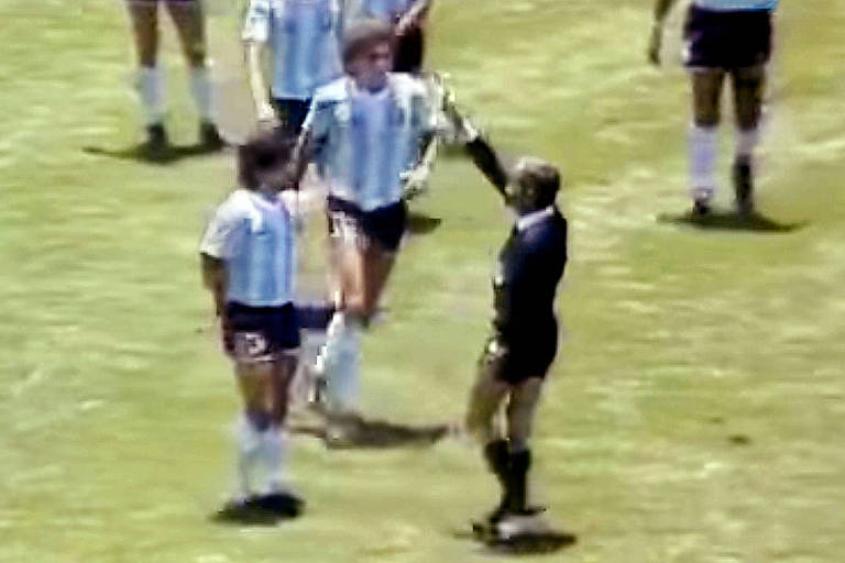 Reprodução de TV do lance em que Maradona é advertido com cartão amarelo pelo árbitro brasileiro Romualdo Arppi Filho na final da Copa de 1986 entre Argentina e Alemanha