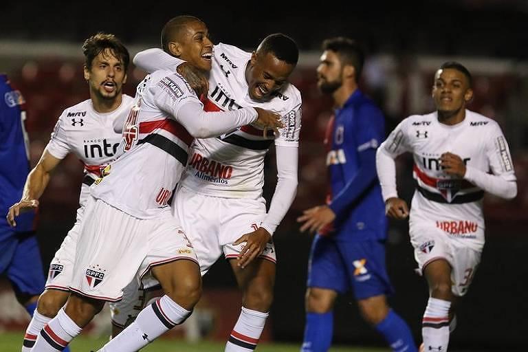 Jogadores do São Paulo comemoram gol de Bruno Alves que deu a vitória sobre o Paraná, no Morumbi, pela rodada de estreia do Brasileiro