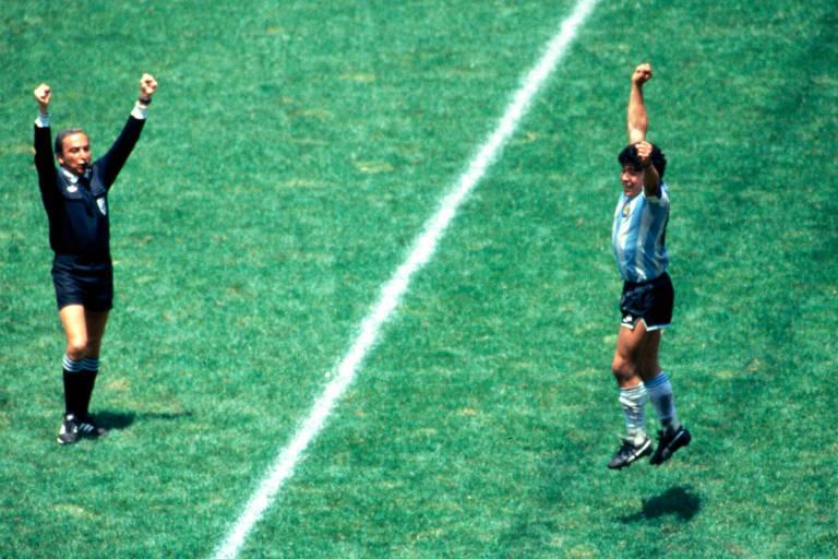 O árbitro brasileiro Romualdo Arppi Filho encerra partida final da Copa do Mundo de 1986 e Maradona comemora o título da Argentina sobre a Alemanha