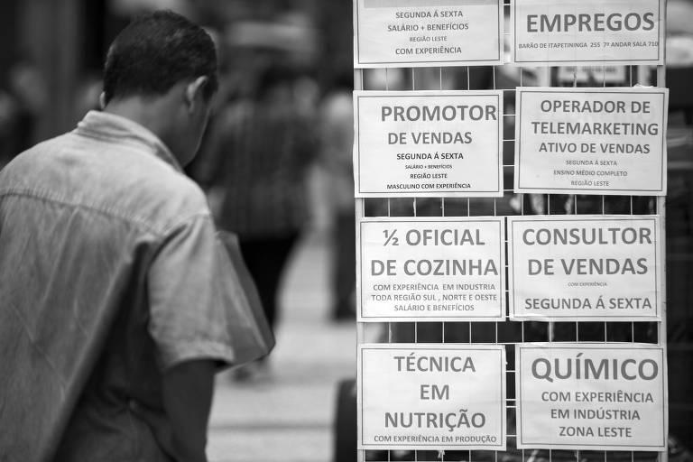 Vagas de emprego anunciadas em rua na região central de São Paulo
