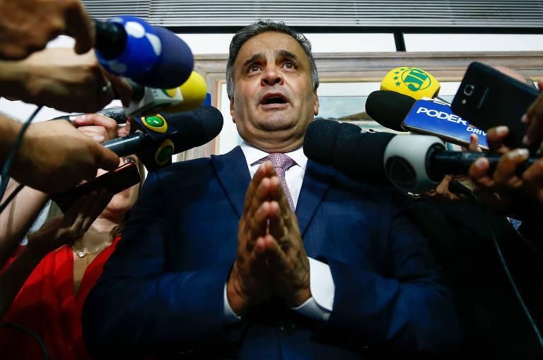 O senador Aécio Neves (PSDB-MG) durante coletiva de imprensa em seu gabinete para apresentar sua defesa em relação às acusações de corrupção que pesam contra ele