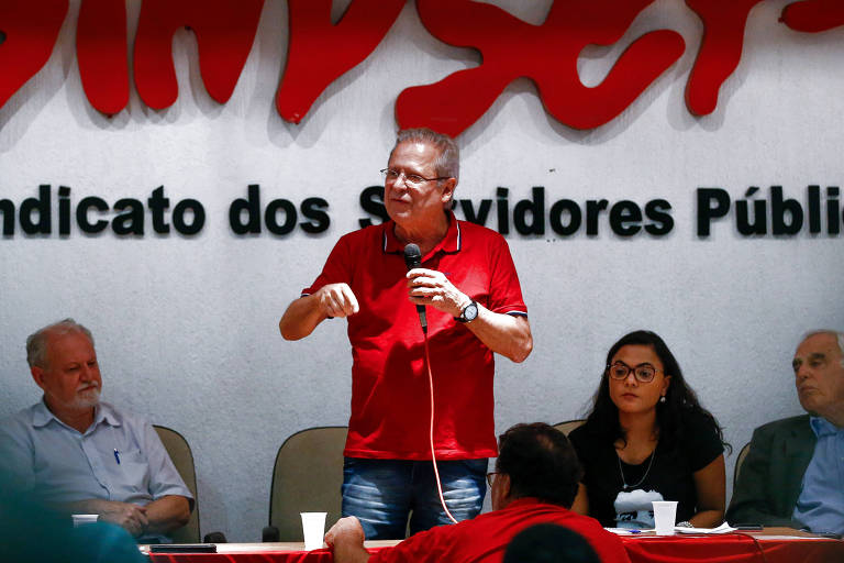 O ex ministro José Dirceu ao lado do líder do MST João Pedro Stédile durante ato no Sindicado dos Servidores Públicos em Brasília