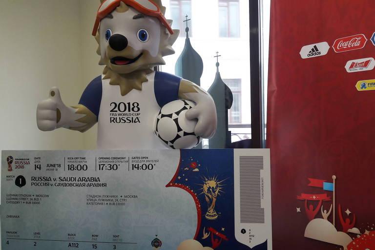 Mascote Zabivaka com réplica de ingresso da Copa