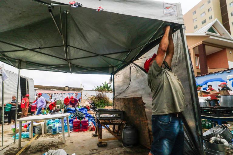 Manifestantes pró-Lula transferem acampamento para terreno alugado no bairro Tingui, a 750 metros da sede da Polícia Federal, onde o ex-presidente cumpre pena