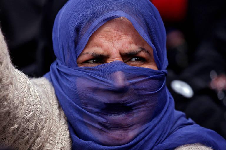 Mulher grita em protesto contra o estupro de uma menina de oito anos em Srinagar