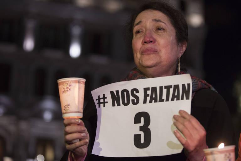 Mulher se emociona durante protesto e vigília pela morte de três jornalistas do jornal El Comercio, sequestrados e assassinados por um grupo dissidente das Farc