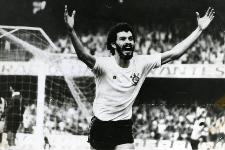 Sócrates comemora gol em partida pelo Corinthians no Morumbi, em 1981