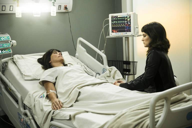 'O Outro Lado do Paraíso' (Globo): Clara (Bianca Bin) com a mãe Beth (Gloria Pires) após a cirurgia