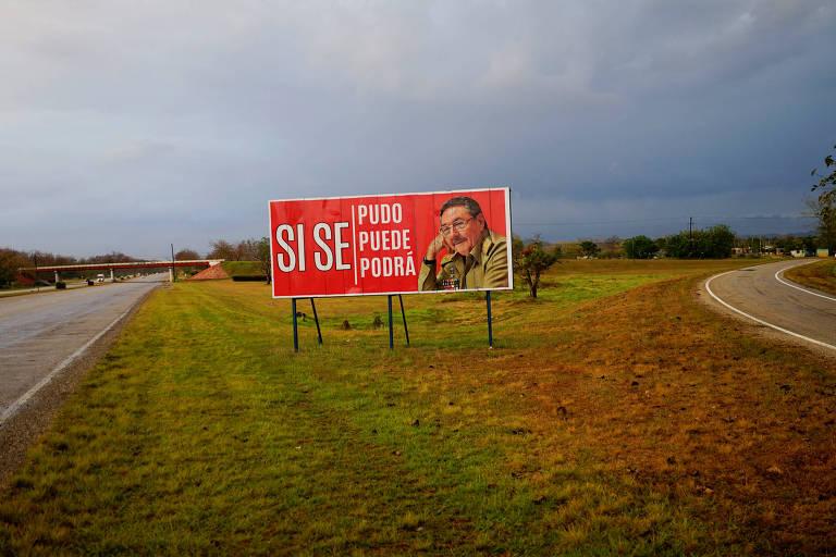 """Outdoor com imagem de Raúl Castro na cidade cubana de Pedro Pi promete: """"Sim, se pôde, se pode e se poderá"""", em alusão à continuidade do regime apesar da troca de presidente"""