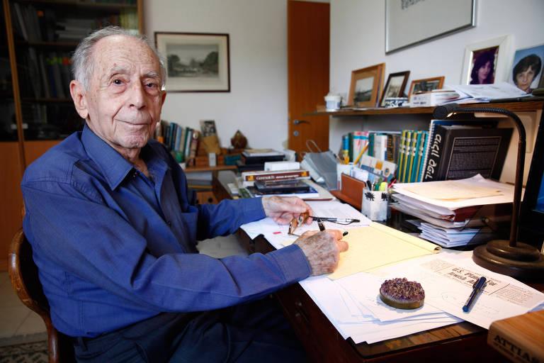 O israelense Shlomo Hillel, 94, nascido no Iraque, mostra recordações em sua casa em Raanana