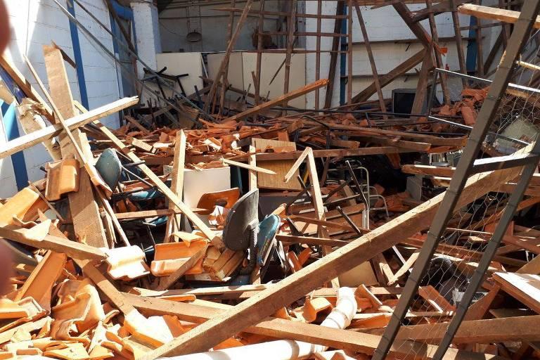 Foto mostra escombros de teto que caiu de escola em Agudos (SP)