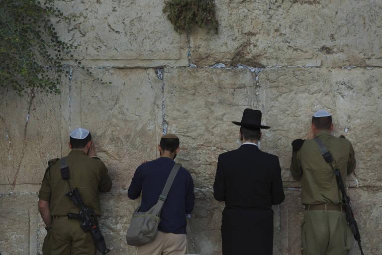 Judeus oram no Muro das Lamentações, em Jerusalém