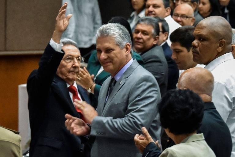 Raúl Castro (esq.) e Miguel Díaz-Canel, que deve substituí-lo como presidente do Conselho de Estado em Cuba, durante sessão da Assembleia Nacional