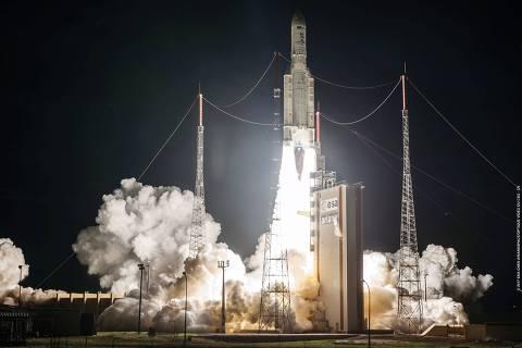 Momento em que o SGDC (Satélite Geoestacionário de Defesa e Comunicações Estratégicas ) é lançado, em 4 de maio de 2017, na centro espacial de Kourou, na Guiana Francesa