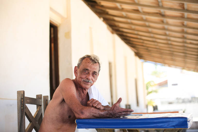 Missival Dourado, 71, na varanda da Pousada da Fazenda, que administra em Arembepe