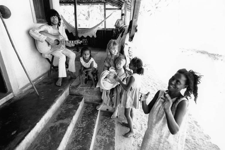 Mick Jagger toca violão para a então namorada, Marianne Faithfull, o filho dela, Nicholas, e moradores