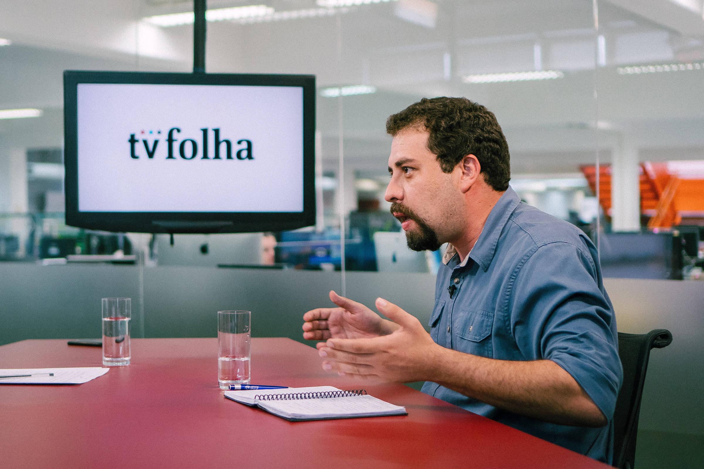 Guilherme Boulos responde a pergunta no estúdio da TV Folha, em São Paulo