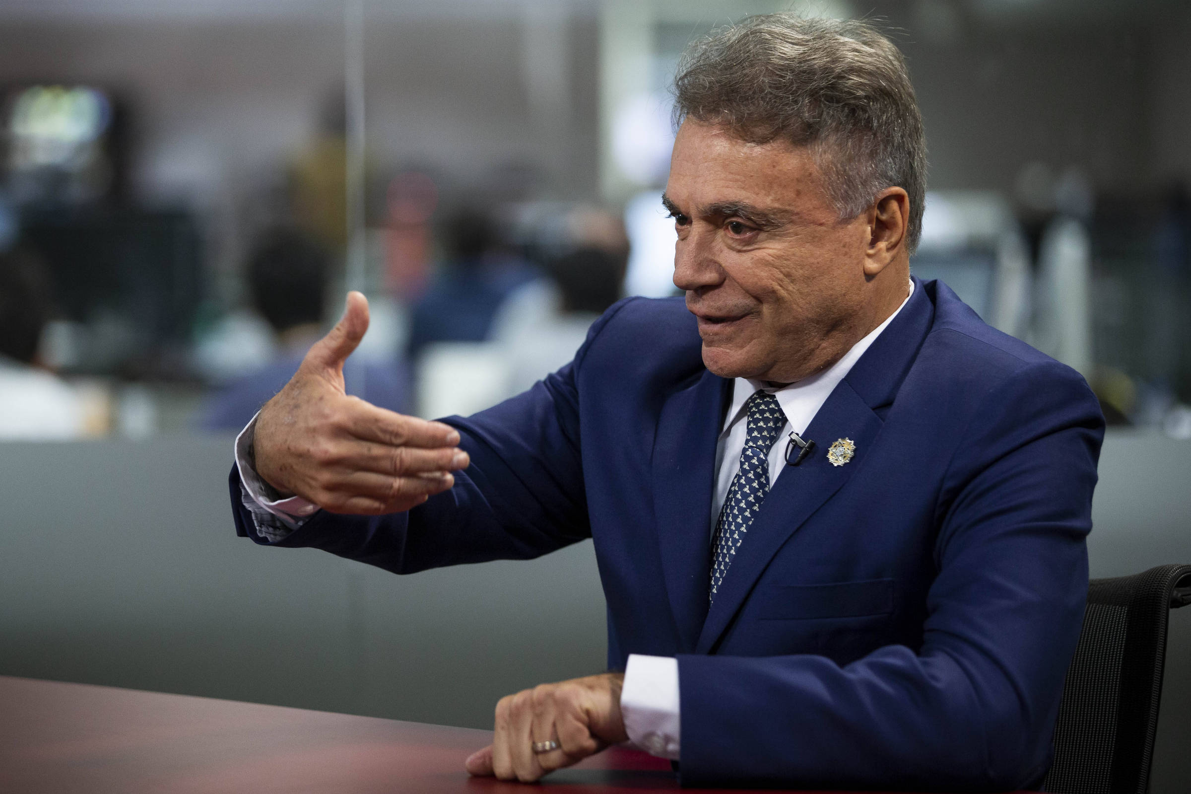 Álvaro Dias responde a pergunta no estúdio da TV Folha, em São Paulo