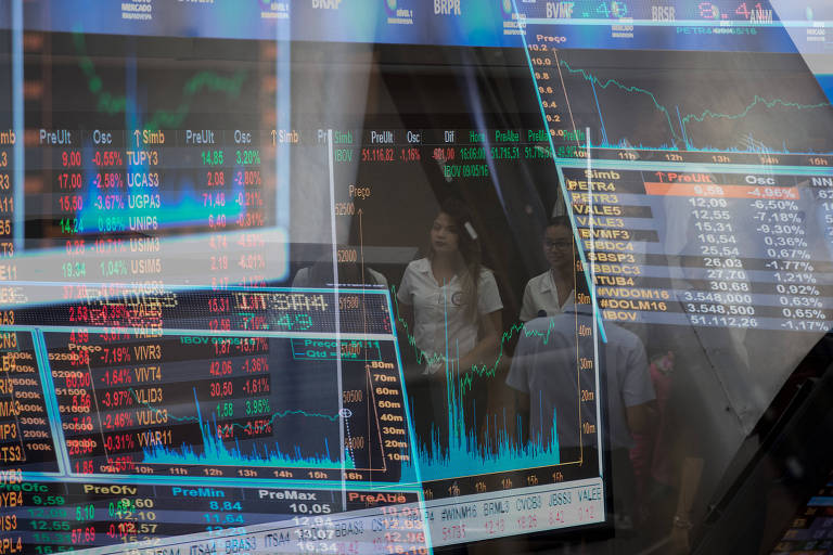 Painel com flutuações dos índices de mercado na Bolsa de Valores de São Paulo