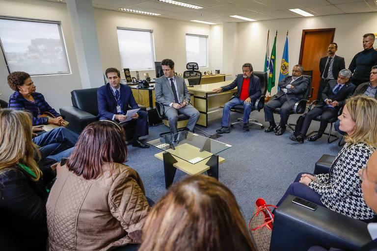 Senadores da Comissão de Direitos Humanos visitam o ex-presidente Lula na sede da Superintendência da PF em Curitiba