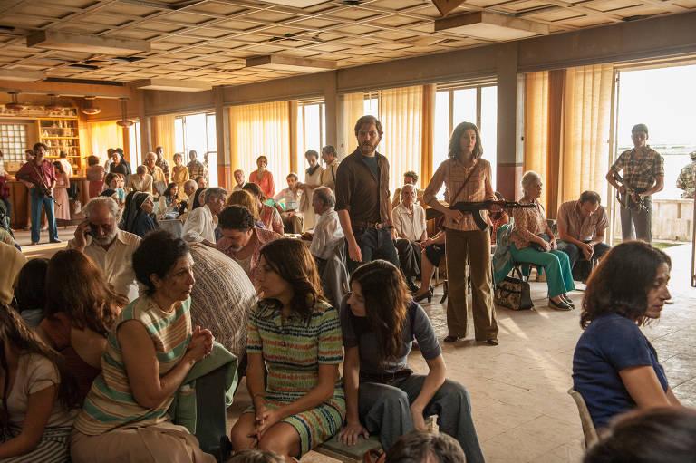 """Daniel Bruhl e Rosamund Pike (ao centro, de pé) interpretam terroristas alemães em """"7 Dias em Entebbe"""" (2018), de José Padilha"""