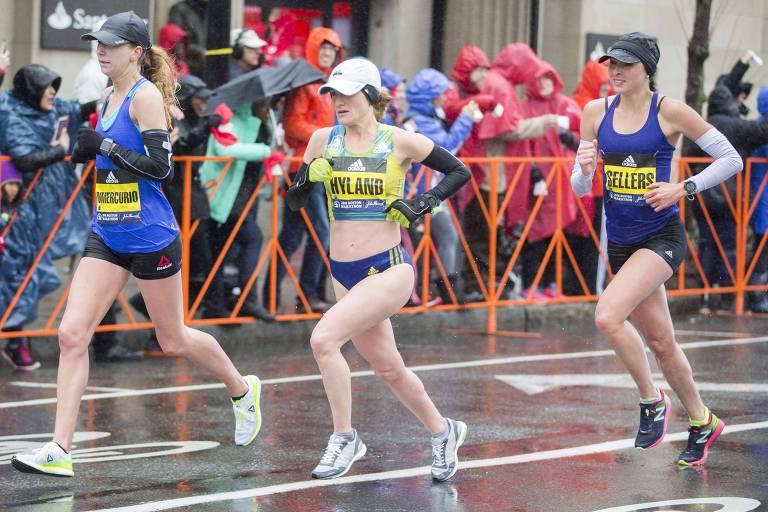 Enfermeira Sarah Sellers, à direita, persegue Nicole Dimercurio e Rachel Hyland na Maratona de Boston