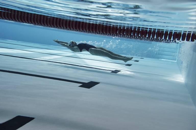 Yusra Mardini mergulha durante treino
