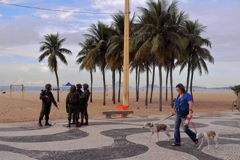 Militares das Forças Armadas fazem patrulhamento no calçadão de Copacabana, ponto turístico na zona sul do Rio