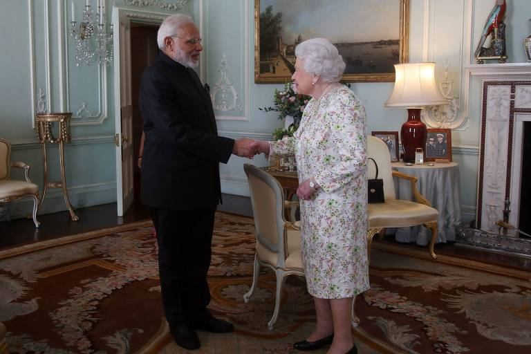 A rainha da Inglaterra, Elizabeth 2ª, recebe o premiê da Índia, Narendra Modi, no palácio de Buckingham