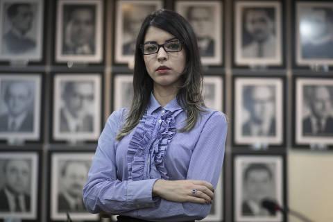 Fortaleza, Ceará. 15.03.2018. Perfil - ADVOGADA DO CE GRAVOU AMEAÇA DE JUIZ. A advogada Sabrina Veras, 26, gravou ameaça feita por um juiz que demorou meses para dar decisão sobre uma ação para transferência de guarda de uma criança --a criança morreu e as causas são investigadas. Sabrina posa para fotos na Sede da OAB em Fortaleza, Ceará. (*************EXCLUISIVO**************** Foto: Jarbas Oliveira/FolhaPress.)