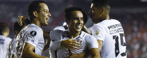 Jadson of Brazil's Corinthians, center, celebrates his goal against Argentina's Independiente with teammates Rodriguinho, left, and Ralf during a Copa Libertadores soccer match in Buenos Aires, Argentina, Wednesday, April 18, 2018. (AP Photo/Gustavo Garello) ORG XMIT: XGG117