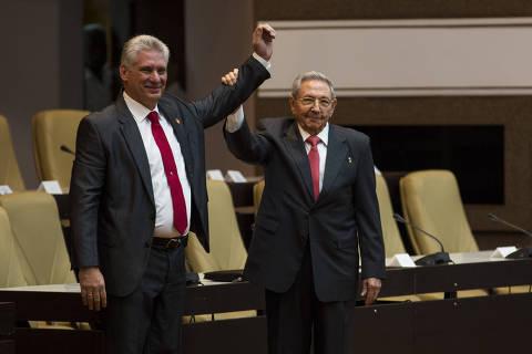 (180419) -- LA HABANA, abril 19, 2018 (Xinhua) -- El presidente de Cuba, Raúl Castro (i), levanta la mano del recién electo presidente del Consejo de Estado de Cuba, Miguel Díaz-Canel (i), tras el anuncio de su elección durante la sesión constitutiva de la IX Legislatura de la Asamblea Nacional del Poder Popular llevada a cabo en el Palacio de las Convenciones, en La Habana, capital de Cuba, el 19 de abril de 2018. El nuevo presidente del Consejo de Estado de Cuba, Miguel Díaz-Canel, fue electo con el 99,83 por ciento de los votos emitidos por los 604 diputados presentes en la sesión constitutiva de la IX Legislatura de la Asamblea Nacional, informaron el jueves la Comisión Electoral Nacional. La presidenta de esta institución, Alina Balceiro, anunció que igualmente fue nombrado Salvador Valdés Mesa, primer vicepresidente, con el 100 por ciento de las boletas. (Xinhua/Irene Pérez/CUBADEBATE) (ah) (dp) ***CREDITO OBLIGATORIO*** ***NO ARCHIVO-NO VENTAS*** ***SOLO USO EDITORIAL***