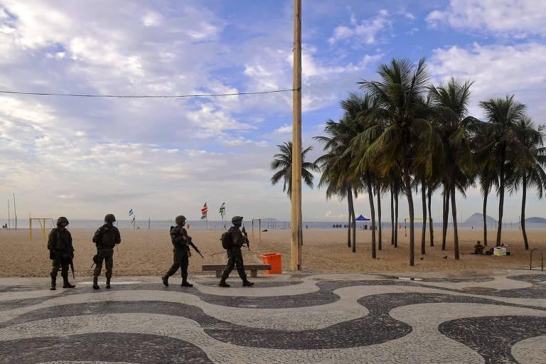 Soldados das Forças Armadas fazem patrulha na praia de Copacabana, onde terminou perseguição neste sábado (5)