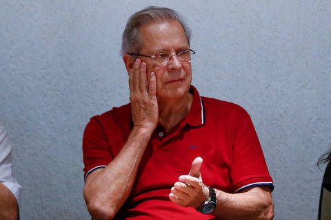 BRASILIA, DF,  BRASIL,  16-04-2018, 19h00: O ex ministro José Dirceu, ao lado do líder do MST João Pedro Stédile, é recebido por militantes de esquerda durante ato no SINDSEP-DF. (Foto: Pedro Ladeira/Folhapress, PODER)
