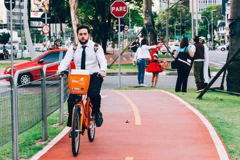 São Paulo, SP, Brasil; 02-12-2014: Ciclistas, após fim da diária de trabalho, utilizam ciclovia do canteiro central da Avenida Brigadeiro Faria Lima - São Paulo, BRA - Brasil. (Foto: Diro Blasco/Folhapress)