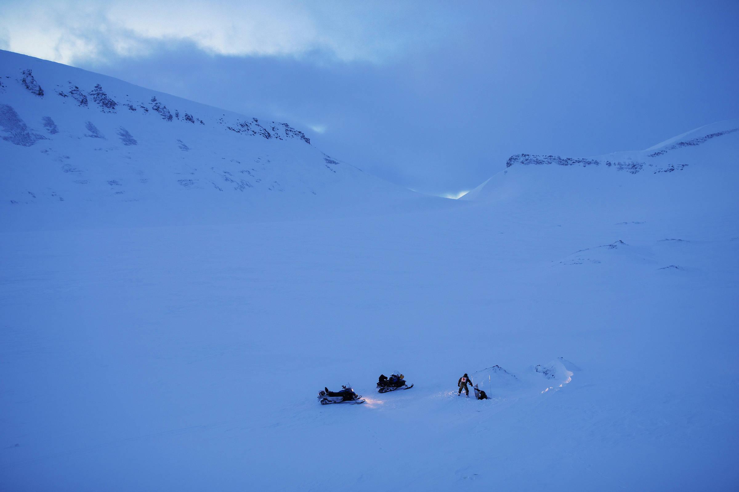 Acima, entrada de caverna de gelo que se aprofunda a cada ano pela ação de água corrente, no verão, com o degelo na geleira Longyear; abaixo, interior da caverna