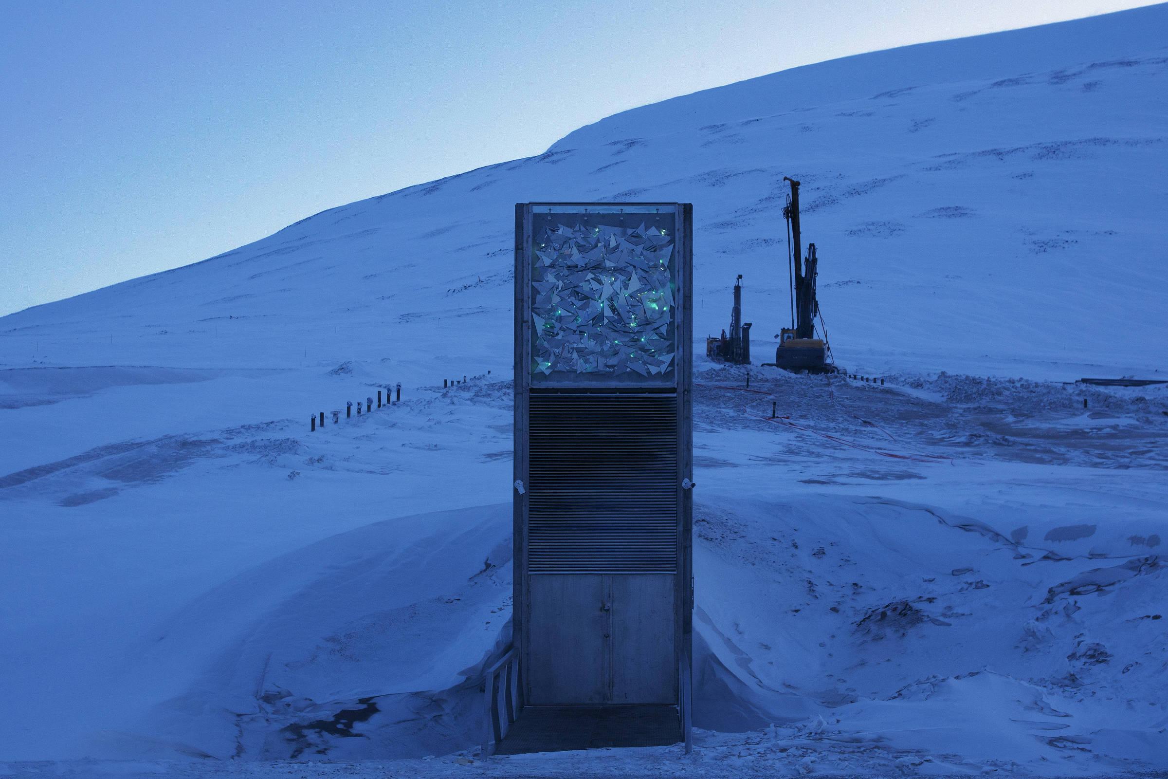 Máquinas são usadas para reforma no Cofre Global de Sementes, em Longyearbyen