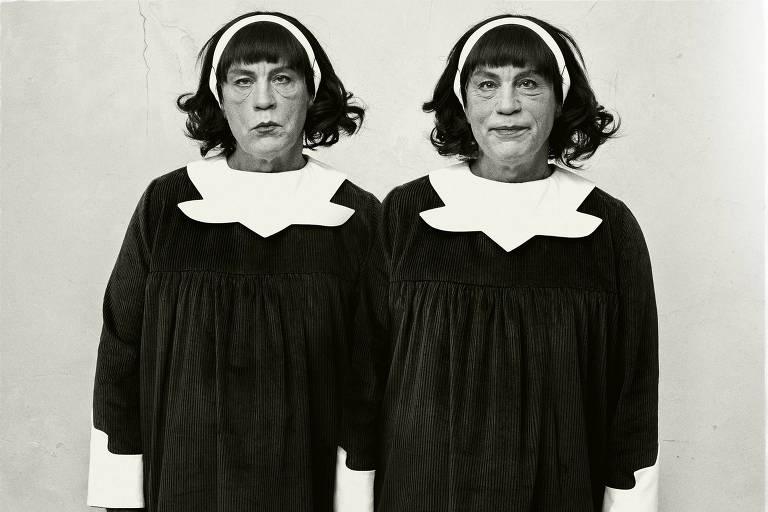 """A foto """"Identical Twins"""" recriada pelo americano Sandro Miller e exposta na mostra 'Malkovich, Malkovich, Malkovich'"""