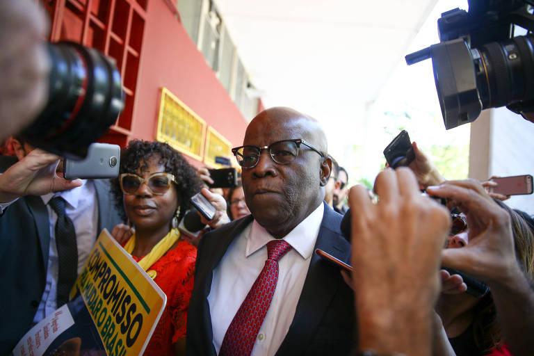 Joaquim Barbosa cercado por câmera e celulares de jornalistas