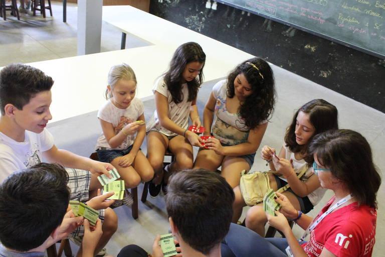 Crianças participam do jogo 'Mongaba no Museu', do Museu da Imigração