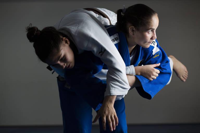 Maria Portela (de kimono azul) levanta a judoca Thauany Dias